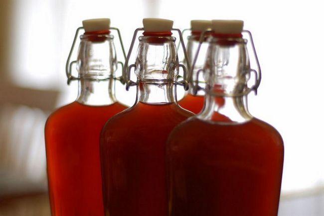Гранатовая настойка на водке с сахаром в бутылках.