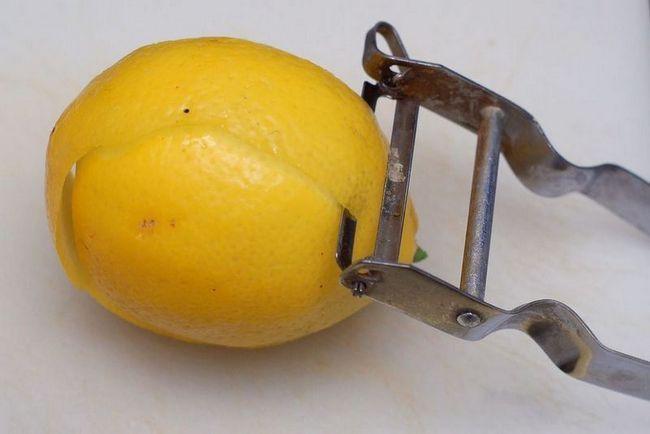 Срезаем цедру лимона ножом для чистки овощей.