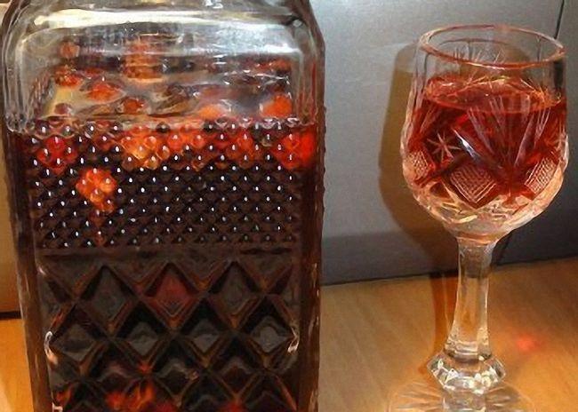 Настойку самогона на кедровых орешках перелить в бутылки