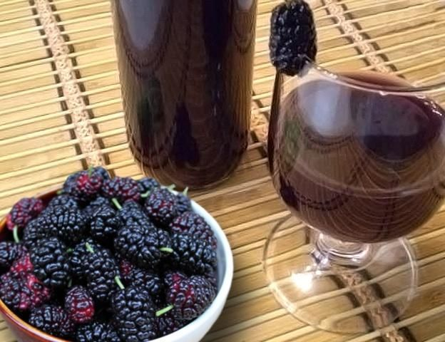 фото самодельного вина из шелковицы