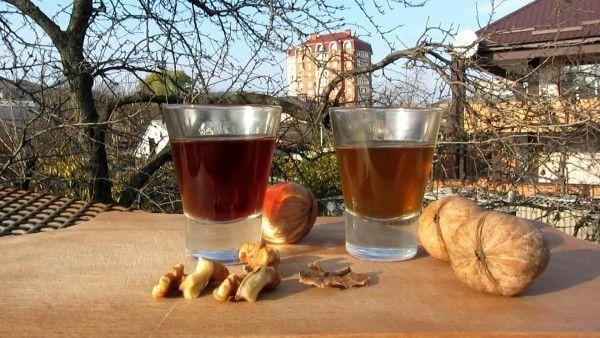 Рюмки с настойкой и грецкие орехи