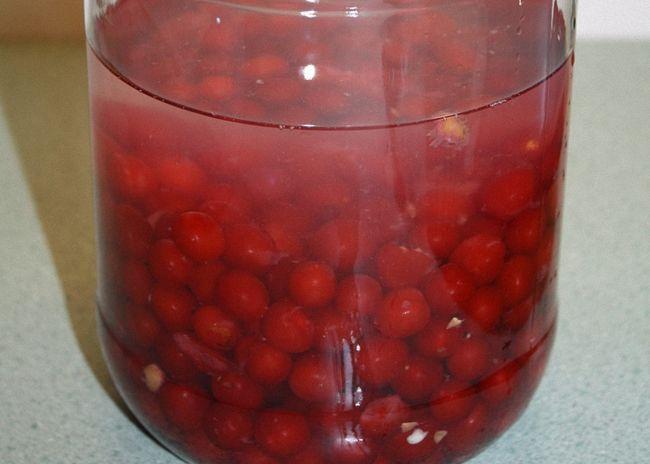 Очищенные ягоды засыпать сахаром и залить водой