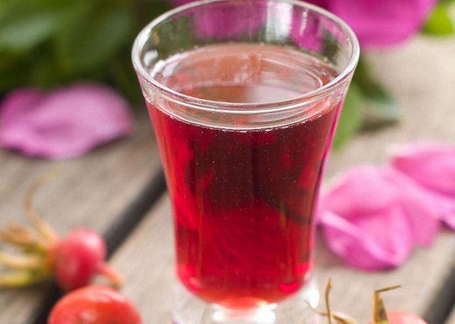 Слить вино из шиповника с осадка