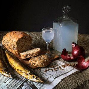 самогон и закуска на столе