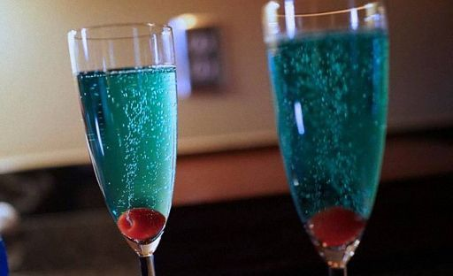Коктейль из шампанского с Блю Кюрасао