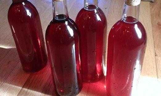Вино из сока черноплодной рябины разливаем в бутылки