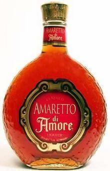 Бутылка ликера Амаретто