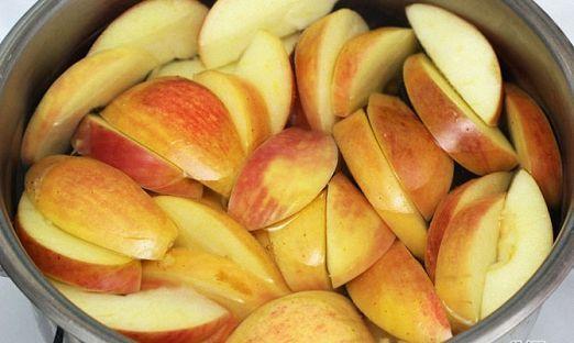 Яблоки моем нарезаем и отжимаем сок