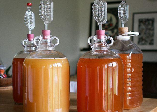 Бутыль с суслом закрыть водяным затвором и поставить для брожения