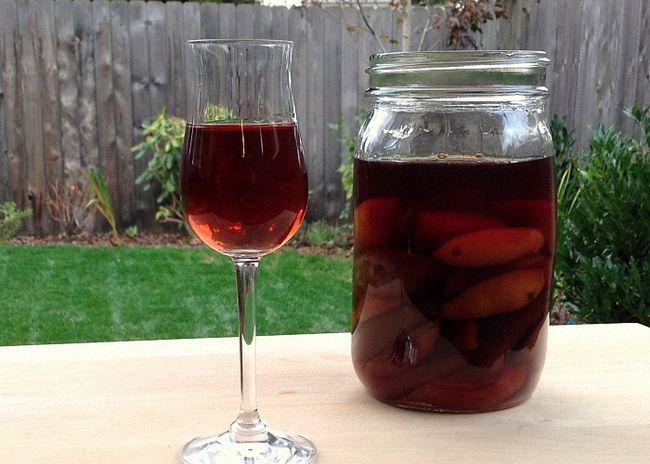 Domácí švestkové víno a skořice