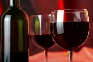 красное вино в бокалах и бутылке
