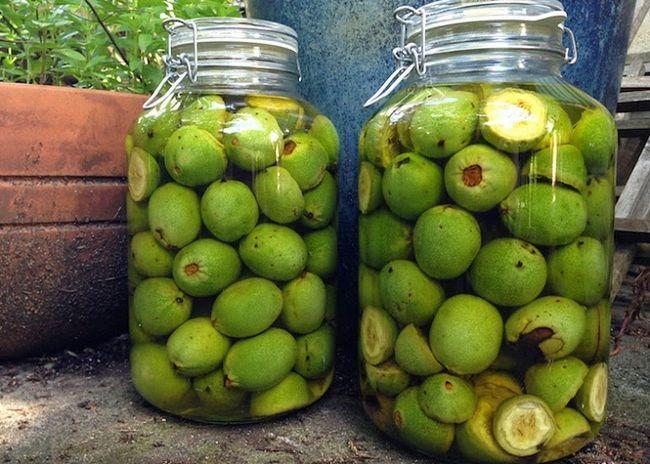 Зеленые орехи положить в банки и залить самогоном
