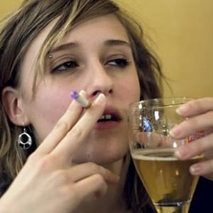 У женщин алкоголь всасывается и действует на мозг быстрее, поэтому зависимость от спиртного возникает за более короткое время