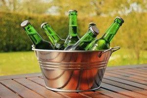 ohlajanje pivo v posodo z vodo