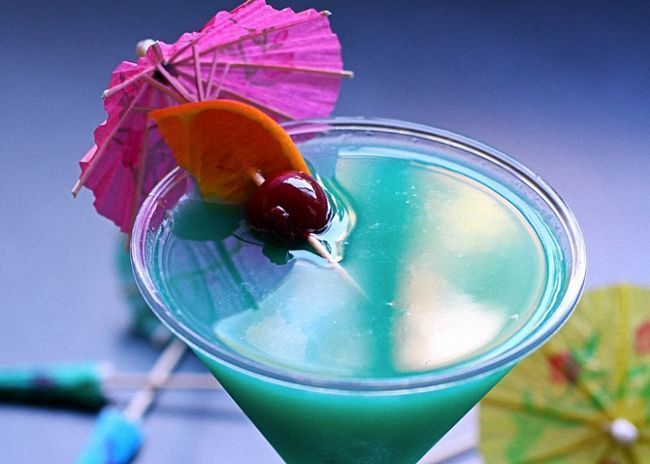 Налить готовый коктейль Голубые Гавайи в бокал и украсить
