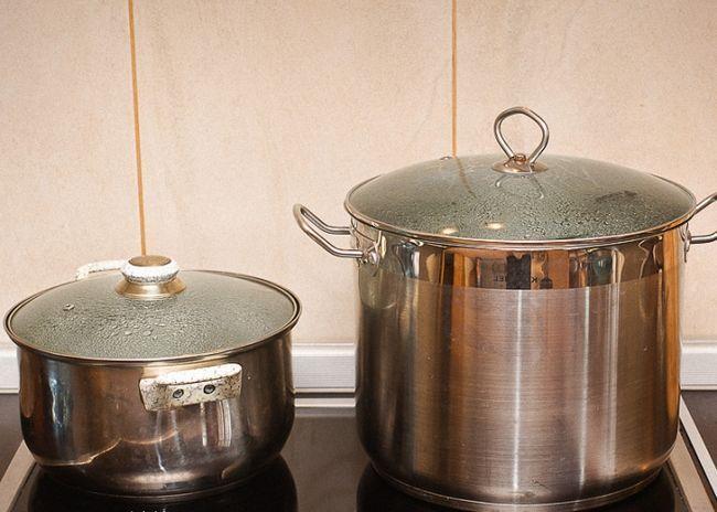 Нагреть воду в большой кастрюле