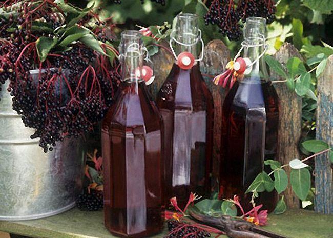 Настойку черноплодной рябины перелить в бутылки
