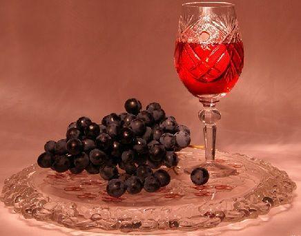 Tinktura u čaši i grožđa