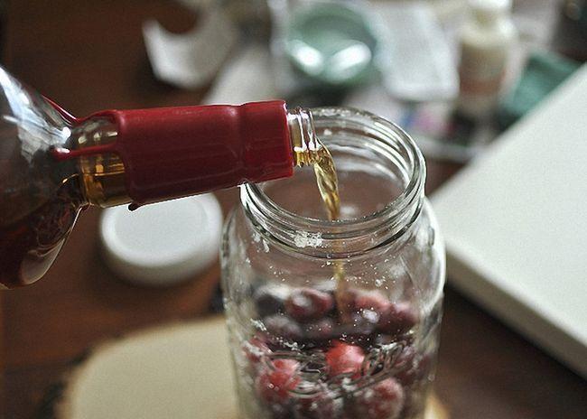 Налить сверху ягод коньяк
