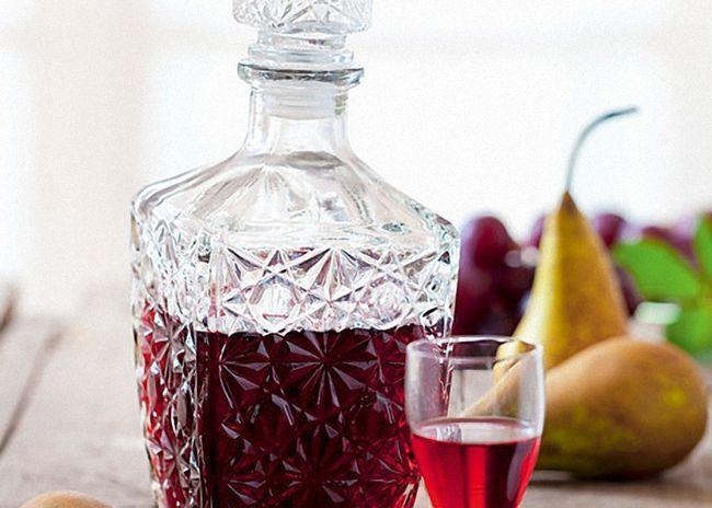 Вишневую настойку процедить и перелить бутылки