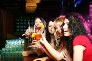 Молодые девушки распивают алкогольные коктейли