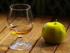 бокал с кальвадосом и яблоко