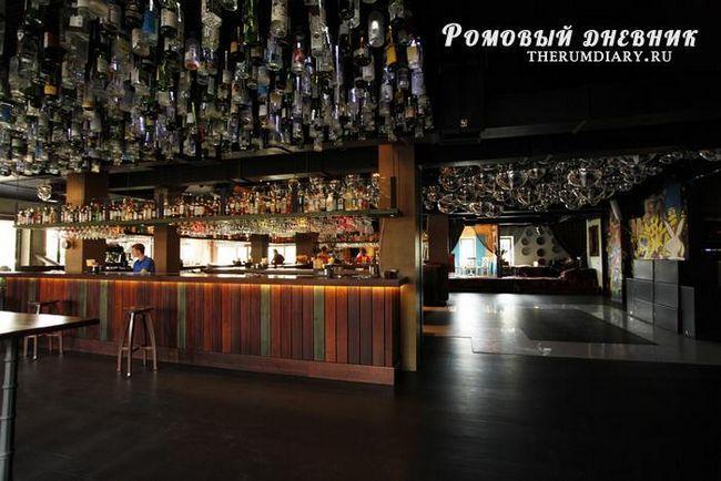 Типичный Пати-бар с большой барной стойкой и просторным помещением