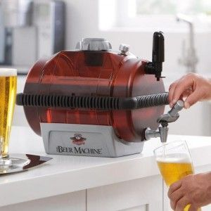 наливают пиво из пивоварни